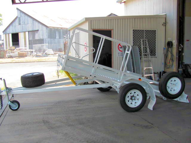 2.5 T Tilt mower trailer painted