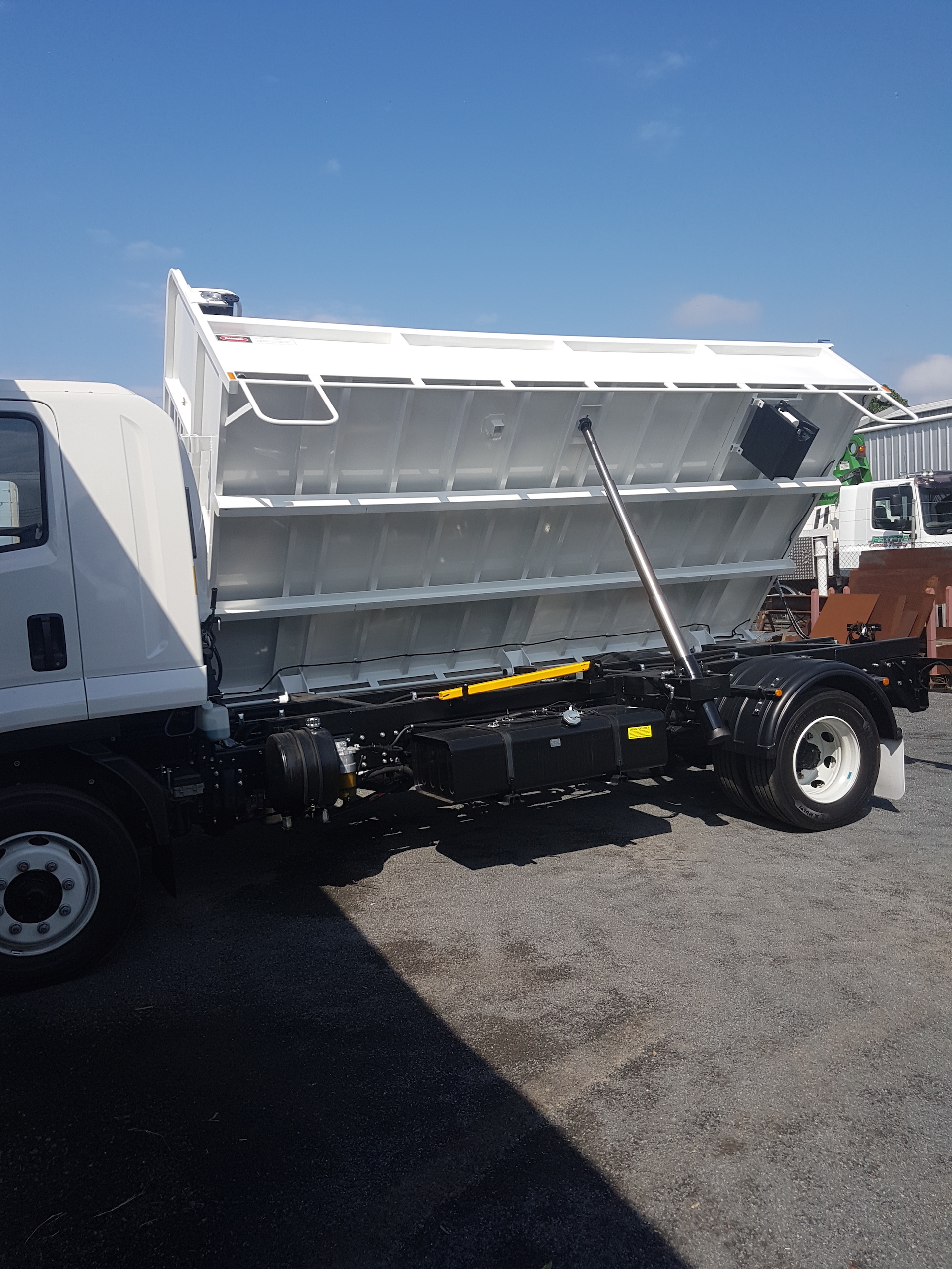 Side tipper 4.500m x 2.300m x .600, Pull out Tarp,  Water Tank, Towbar